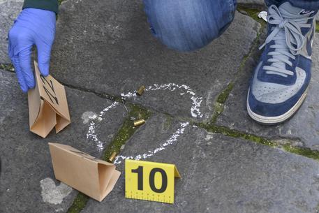 Stesa a Ponticelli, colpo in stanza delle figlie di un pregiudicato del quartiere, indaga la polizia
