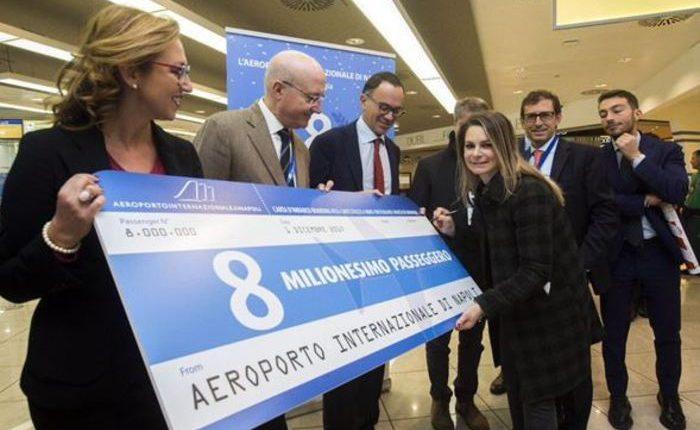 IL RECORD DEI CIELI – Aeroporto Napoli, 8 milioni passeggeri: festa e biglietto premio a Capodichino, che chiuderà 2017 a +25%