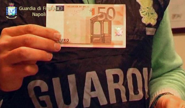 2.200 banconote false nascoste in auto:70mila euro il valore, anche dollari. Sequestro Gdf Napoli