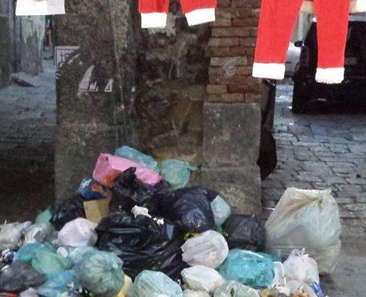 Anche Babbo Natale a Ercolano finisce tra i rifiuti: gli appelli dei cittadini per la città sporca