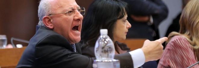 """LE DELUCATE – """"Non ridere, via dall'aula"""": Il Governatore De Luca caccia il portavoce di Stefano Caldoro"""