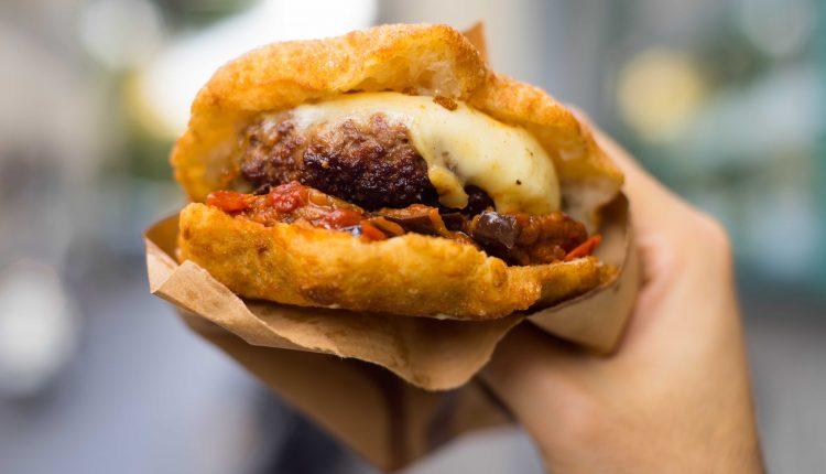 """Ecco """"Tondo napoletano"""", il primo panino fritto con hamburger nato dall'incontro tra una stella della pizza emergente e il macellaio 3.0"""
