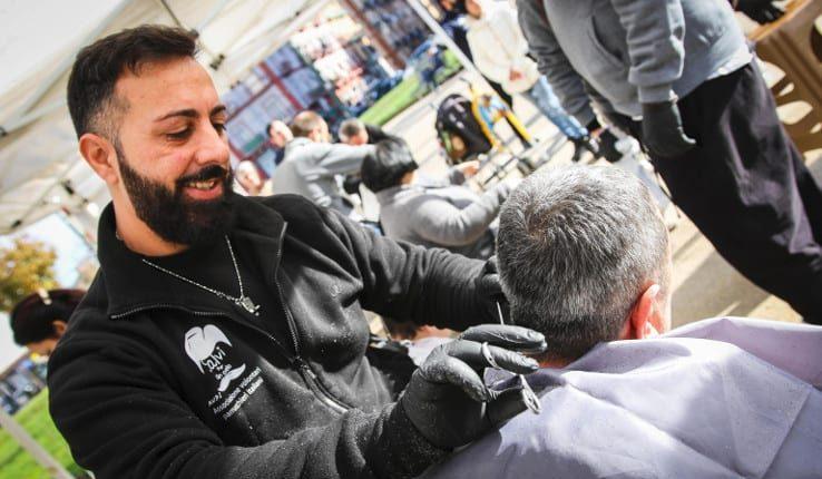 A Napoli parrucchieri per un taglio alla povertà: in strada il servizio a favore delle persone in difficoltà