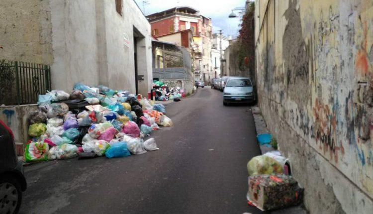 Ercolano invasa dai rifiuti: le foto corrono online