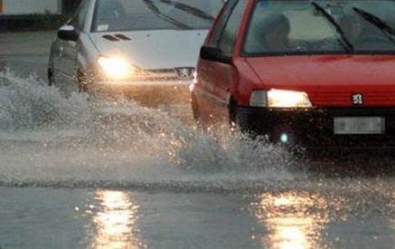 Si allaga via Benedetto Cozzolino a Ercolano: automobilista intrappolato nel pantano