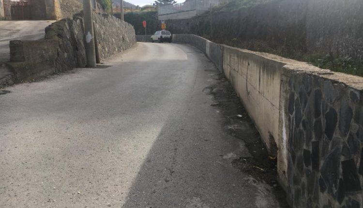 VANDALI IN AZIONE A POLLENA TROCCHIA – Sulle scala di Piazza Amodio i teppistelli lanciano pietre: ferita una donna e colpite le auto