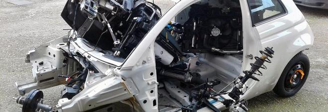 Carrozzieri smontano auto rubata: due fratelli denunciati dai carabinieri