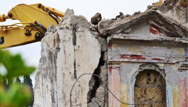 Ruspe ad Ercolano, abbattuta casa di una famiglia con bimbo piccolo: era stata costruita nel 1998