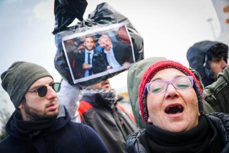 Lanciati sacchi rifiuti contro De Luca. Il Governatore: 'Per fermarmi devono spararmi'