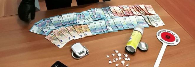 Cocaina e soldi in una bomboletta di lubrificante con doppio fondo: arrestato 25enne nel Napoletano