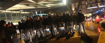 GUERRIGLIA URBANA – I Centri Sociali assaltano l'albergo dell'appuntamento elettorale di Casa Pound