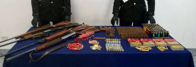 A Sant'Anastasia , nel casolare in campagna l'arsenale della camorra: sequestrati quattro fucili e 3.000 munizioni