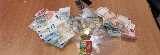 Calavano la droga da un paniere: la polizia arresta cinque spacciatrici