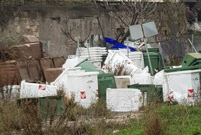 """In via Gramsci a San Giorgio a Cremano il """"cimitero"""" dei bidoncini per la differenziata"""
