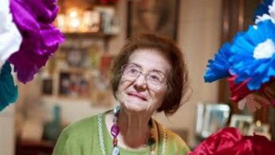 Addio a Titina, l'artista dei fiori di carta e sogni