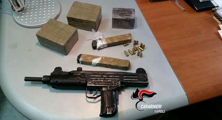 A San Giovanni a Teduccio: uzi e droga sul terrazzo, sequestrati.Segnalato 18enne con 5 grammi marijuana