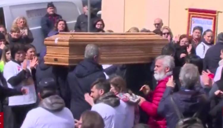 """Donne e giovani al funerale di Imma: """"Restaerai nei nostri cuori"""". Oggi pomeriggi i funerali dell'assassino"""