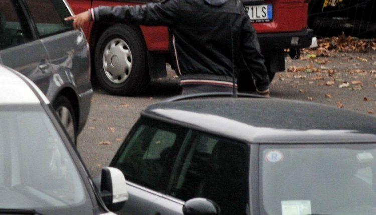 """Il dossier dei Verdi, a Napoli 2400 parcheggiatori: """"Guadagnano anche 6000 euro al mese e fino a 3000 euro a sera"""""""