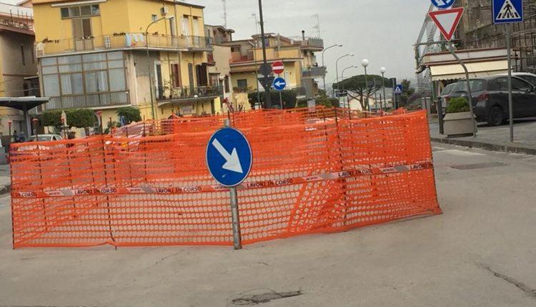 """Viabilità in tilt a Pollena Trocchia. A che servono queste """"transenne""""? Il nuovo tormentone sui social"""