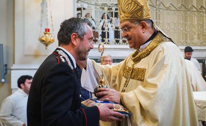 I Carabinieri restituiscono la corona rubata nel 2016 nella chiesa Santi Giovanni e Teresa di Napolial Cardinale Sepe