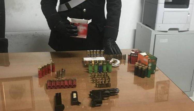 L'intervento dei carabinieri a Poggiomarino: arma e munizioni nel furgone, arrestato  un commerciante