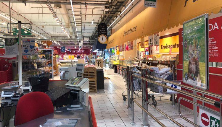 Vertenza Auchan di via Argine, rinviato l'incontro in Regione. Malumore dei dipendenti