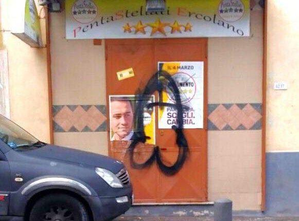 Imbrattata la sezione del Movimento 5 Stelle di Ercolano: la puliscono i militanti del Pd