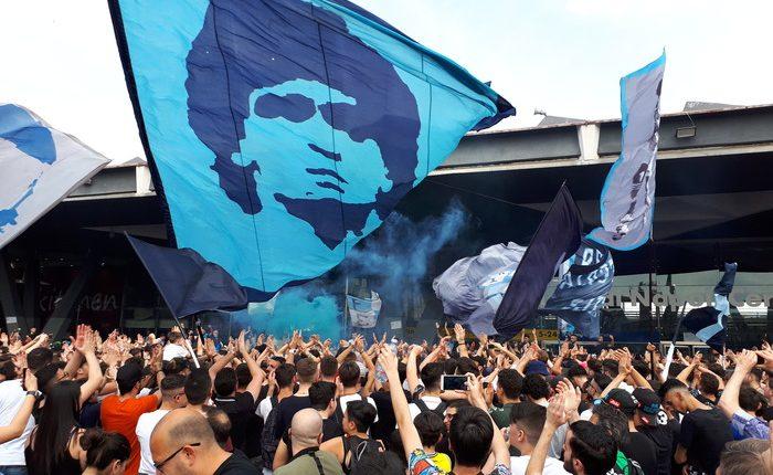 FESTA NAPOLI – Alla stazione ferroviaria in centinaia tra cori e bandiere: il Napoli sogna per ala trasferta a Firenze