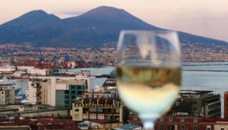 Ecco Wine&Thecity la rassegna che dal 3 al 25 maggio 2018 mette in rete cento luoghi di Napoli in nome dell'ebbrezza creativa e di una nuova cultura del vino