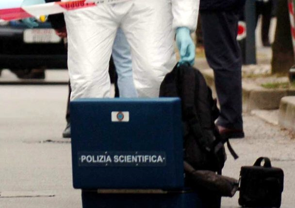 LA CAMORRA A SAN GIORGIO A CREMANO – Bomba carta esplode davanti ristorante,danni anche ad auto in sosta e al negoziovicino