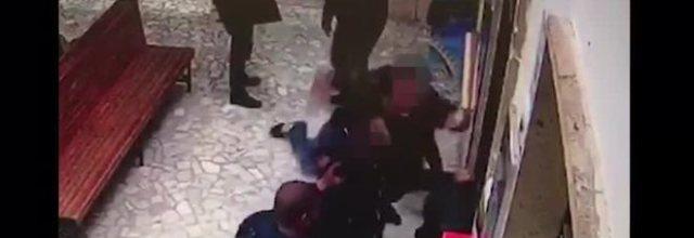 Giovane di Ercolano pestato alla stazione Pompei: pugno duro contro il branco