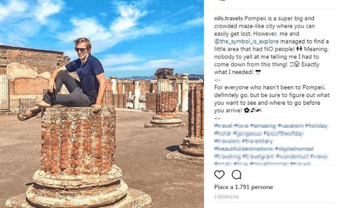 Il record dei siti archeologici vesuviani: ventimila turisti a Pompei, bene Ercolano. Crea sdegno la foto di un turista francese seduto su una colonna a Pompei