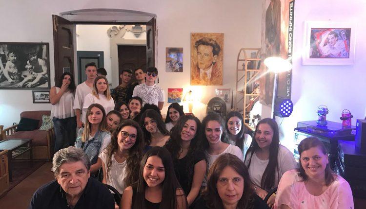 SCRIVERE DA GIORNALISTA – Gli alunni-cronisti del Liceo Di Giacomo di San Sebastiano al Vesuvio in visita a casa Massimo Troisi