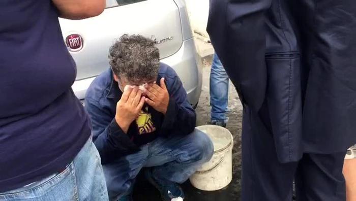L'operaio Fiat licenziato si versa benzina sotto casa del neo Ministro del lavoro Luigi Di Maio a Pomigliano d'Arco