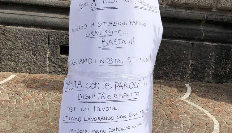 San Giorgio a Cremano – Affisso un cartello di protesta dei lavoratori Teseo sotto la casa comunale