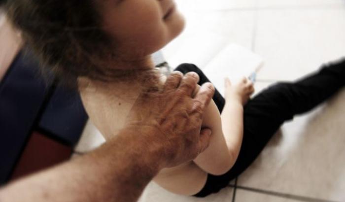 Molestie sessuali su una ragazzina, arrestato 64enne nel Napoletano