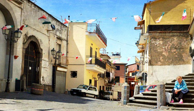 TOLLERANZA ZERO AL CASAMALE – Divieto di sosta e telecamere per il Borgo Incantato di Somma Vesuviana da tempo in balia dei balordi