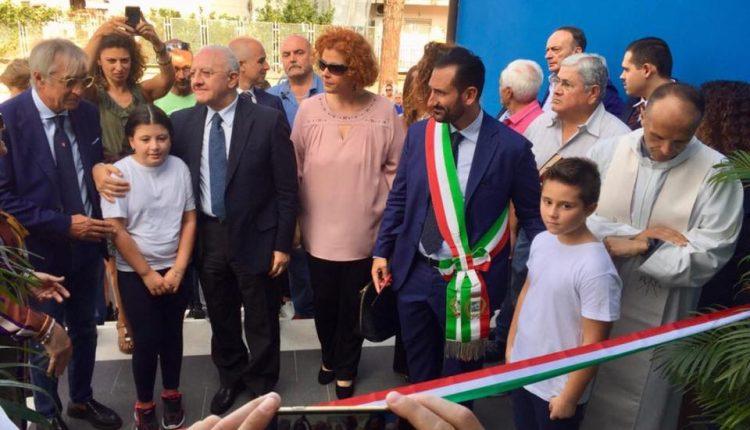 Contro tutto e tutti, oggi è un giorno speciale. Il primo cittadino Vincenzo Fiengo e il Governatore De Luca inaugurano la scuola Luca Giordano, da anni inagibile