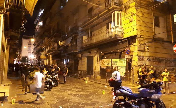 Far west Napoli: sei colpi contro centro scommesse, 13enne ferito