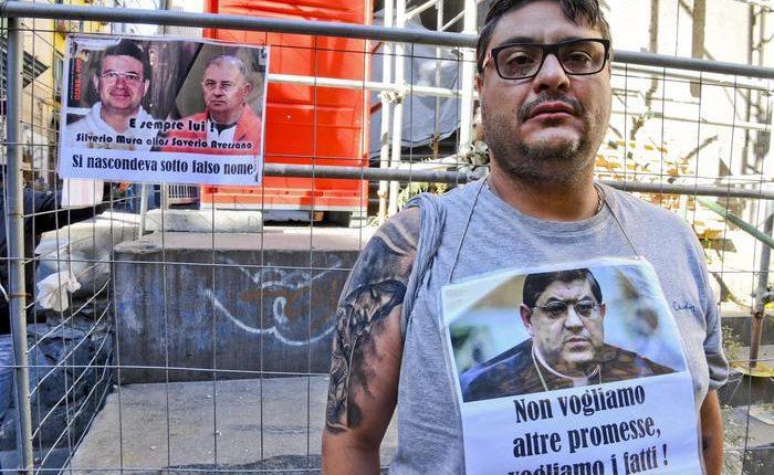 """Vittima di abusi """"pronto a tagliarmi le vene"""",Sit-in vicino al Duomo,'non sono pazzo ma cerco giustizia'"""