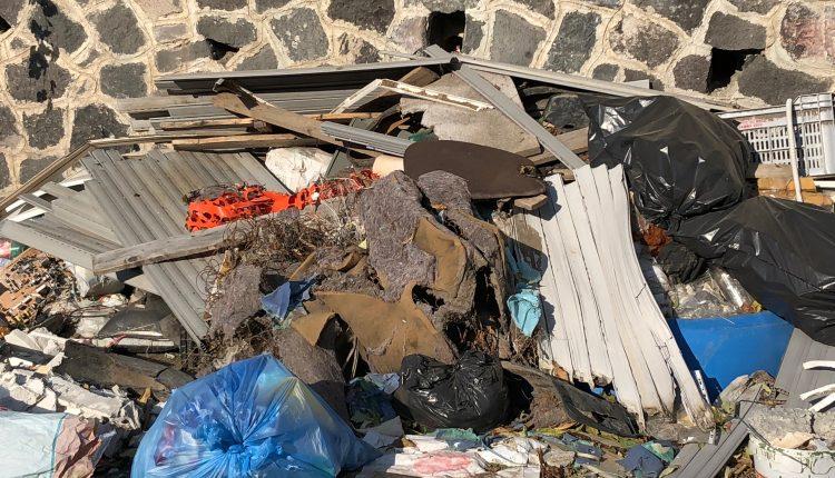 DISCARICHE A CIELO APERTO – Anche l'amianto tra i rifiuti abbandonati a via Lagno a Pollena Trocchia