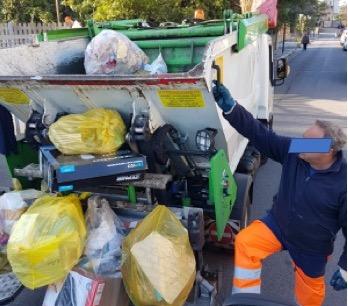 A Pollena Trocchia sindaco e assessore spiegano la differenziata nelle scuole, ma non controllano la ditta appaltatrice che compatta tutto nello stesso camion