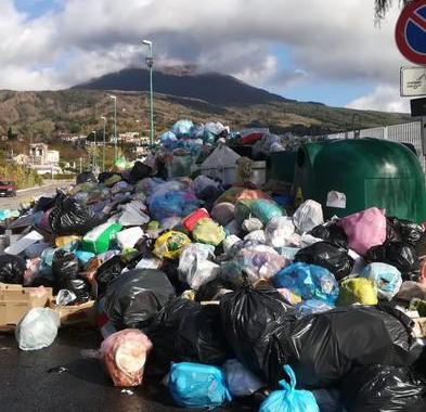 """I rifiuti """"comnpromettono"""" la vista del Vesuvio: ammassi spazzatura non raccolta ostruiscono anche le strade"""