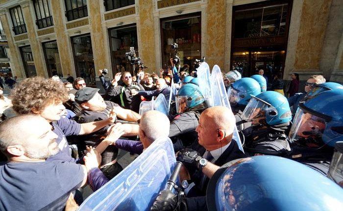 Salvini a Napoli per il comitato di ordine pubblico. Tensione a sit-in: giovane colpito negli scontri con la polizia