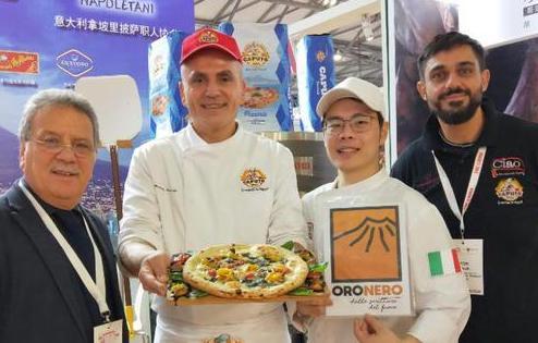 Presentata dall'Associazione Pizzaiuoli Napoletani,la pizza Oronero sbarca a Pechino