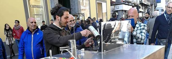 Napoli, spopola il caffè «on the road» preparato al momento
