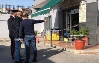 Sparato alle gambe nel bar vicino al distributore: la vittima potrebbe conoscere il pistolero
