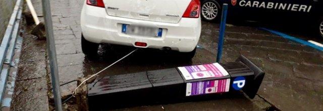 Lega la colonnina del parchimetro all'auto e prova il furto: arrestato 43enne di Acerra a  Marigliano