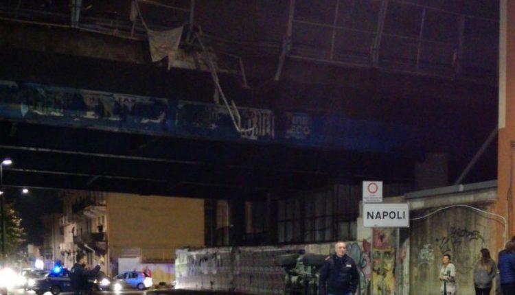 Incidente nella notte tra Cercola e Ponticelli: sfonda il guard rail e cade giù dal ponte. Per fortuna lo spericolato automobilista esce indenne dall'incidente