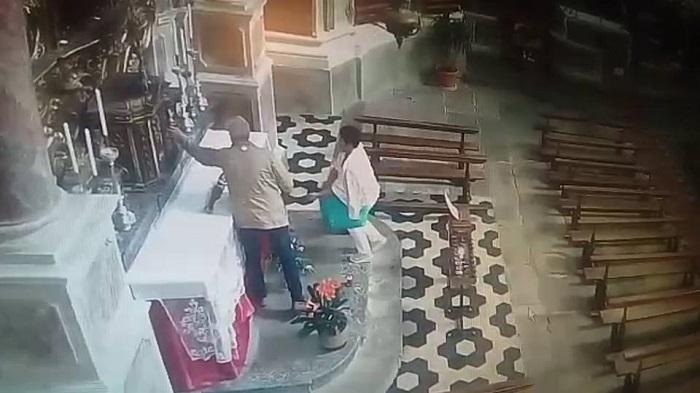 Allarme furti in chiesa: a Madonna dell'Arco l'appello di Padre Alessio, a Pollena Trocchia rubano il borsello a Don Vincenzo